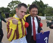 M・デムーロ騎手(左)と吉村圭司調教師