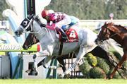 後方一気の差し切りで重賞4勝目を飾ったスマートレイアー。武豊騎手はJRA同一重賞最多の9勝目を挙げた