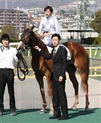 3日阪神1Rグアンで武幸四郎調教師(手前)が初勝利を果たした。鞍上は兄の武豊騎手