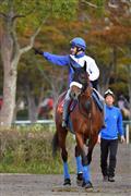 4日の1週前追い切りでアーモンドアイに騎乗したルメール騎手。2冠牝馬の背中で好感触を確かめた